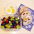 「藍莓/葡萄/奇異果。水煮蛋。蔓越莓起司歐包」