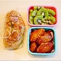 「韓式辣味烤雞翅。羅勒起司麵包。綠肉奇異果」