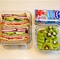 「黑胡椒豬排三明治。奇異果。蔓越莓汁」