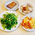 「清炒青江菜。蕃茄炒蛋。乾煎鯛魚。黑胡椒豬排」