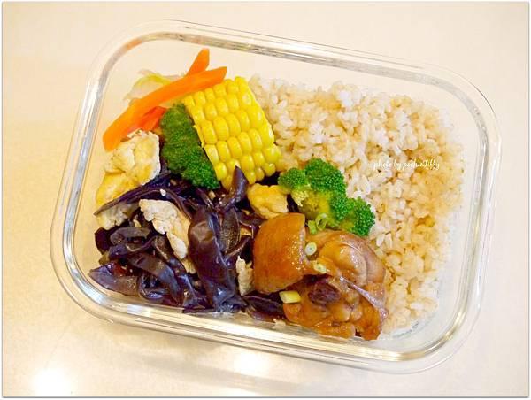 No.17「木耳炒蛋。蒜頭燒雞。清炒白菜。燙玉米。糙米飯」