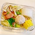 No.28「德式脆腸辣炒蔬菜。滷大根。自製蔬菜魚丸。玉米。糙米飯」