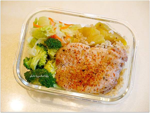 No.30「嫩煎豬排。清燙花椰菜。清炒高麗菜。地瓜糙米飯」