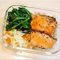 No.40「嫩煎鮭魚。清燙波菜。清炒高麗菜。糙米飯」