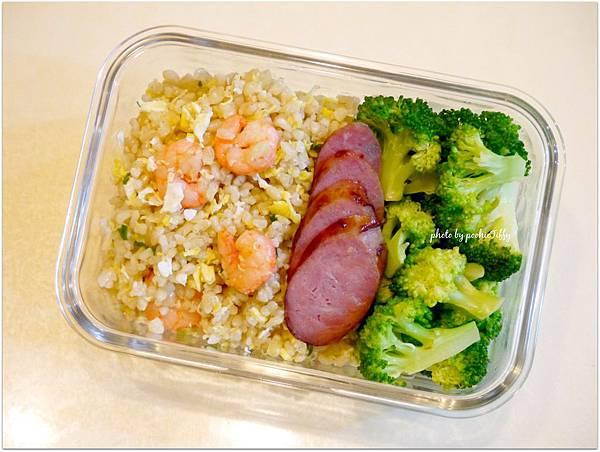 No.42「蝦仁糙米蛋炒飯。黑豬肉香腸。清燙花椰菜」