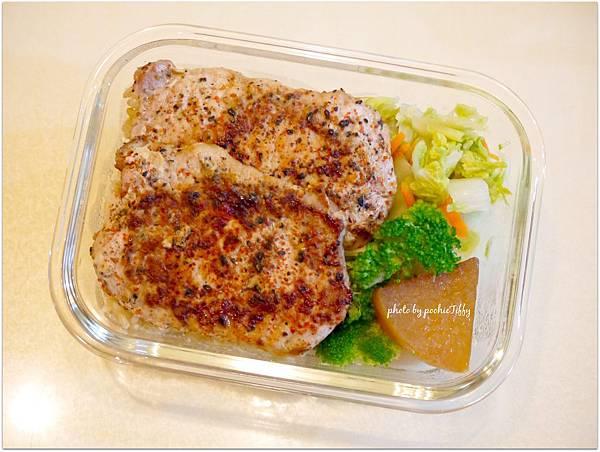 No.59「嫩煎豬里肌肉排。清燙花椰菜。清炒白菜。滷菜頭」