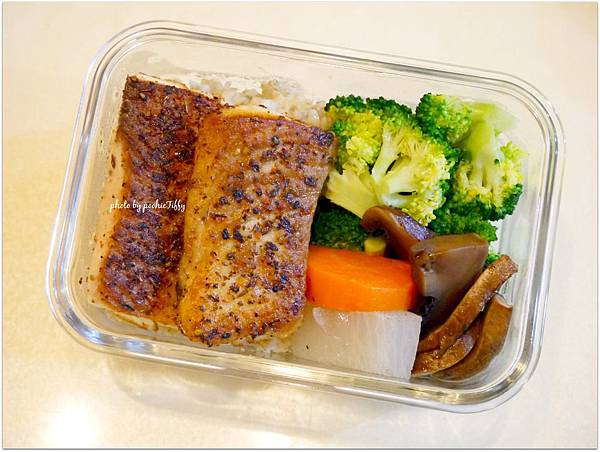 No.74「香料煎鯛魚排。醬燒波特菇。清燙花椰菜。糙米飯」