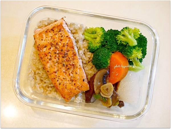 No.75「香料煎鮭魚排。醬燒波特菇。清燙花椰菜。糙米飯」