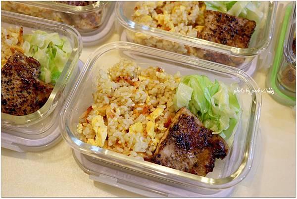 「櫻花蝦炒飯+梨子醬烤豬里肌肉排+清燙高麗菜」
