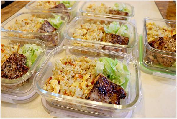 這星期是拷貝喵便當週。「櫻花蝦炒飯+梨子醬烤豬里肌肉排+清燙高麗菜」