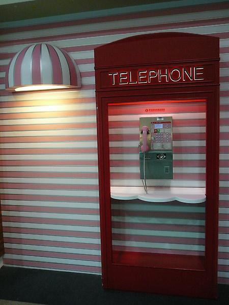 旁邊的電話亭也是pink的