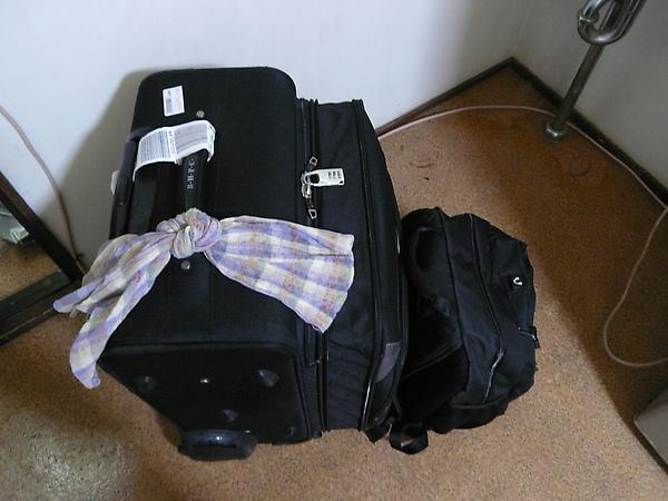 """抵達日本宿舍, 卸完貨後拍一張, 我只帶這兩箱, 左邊那包秤重是21.7kg...超重了..>""""<"""