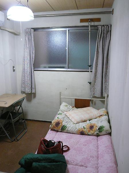 房間很小, 很舊....