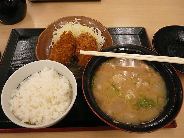 來日本的第一餐, 在冷天的夜晚喝上一碗滿料的味增湯, 讚!!