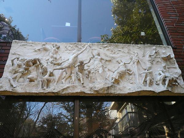 美術館內餐廳門上的石雕