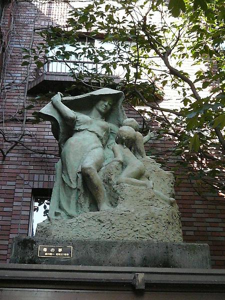 美術館門口上方的雕像-母の夢