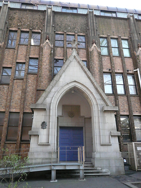 幾乎每個舊式校館都有古意的門