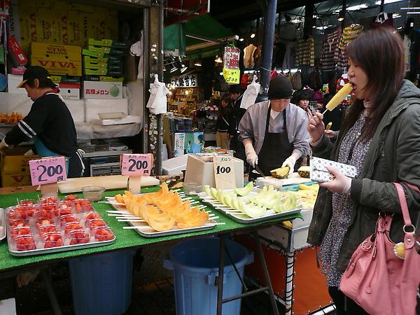 還有水果販-直接幫你切好叉好, 帶著吃很方便喔