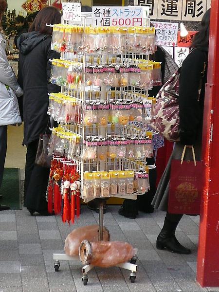 販賣吊飾的商店, 請注意下方墊住商品架的東西