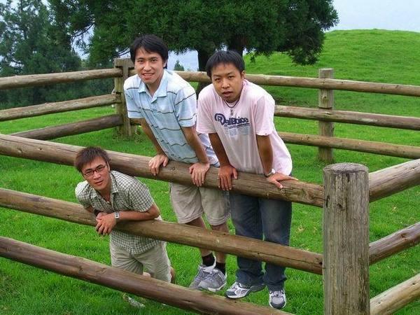 木欄耶!關著三隻小恐龍