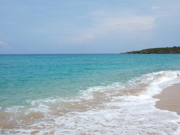 白沙灣的沙很乾淨又細...海面多藍啊!