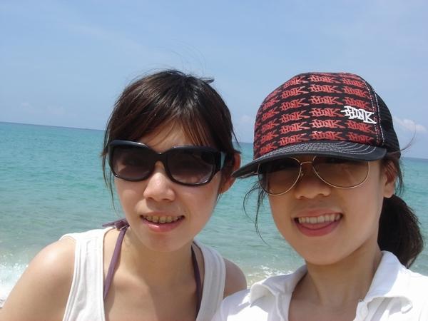 其他人打沙灘排球去..我兩在海邊戲水啦
