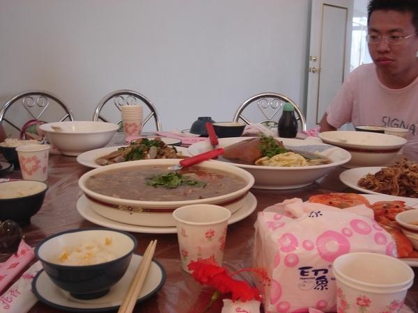 看著食物不能開動很餓厚,不過輝哥生魚片真的便宜又大碗..我們買了300元