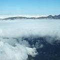 正好在雲層的高度