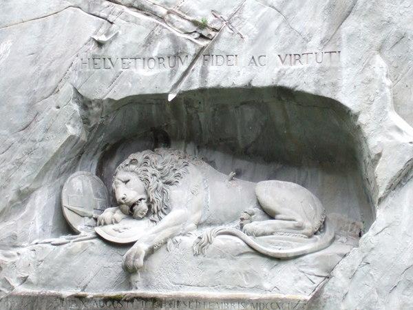 獅子紀念碑---紀念在法國大革命中,為了保護路易16世和王妃而喪命的瑞士傭兵