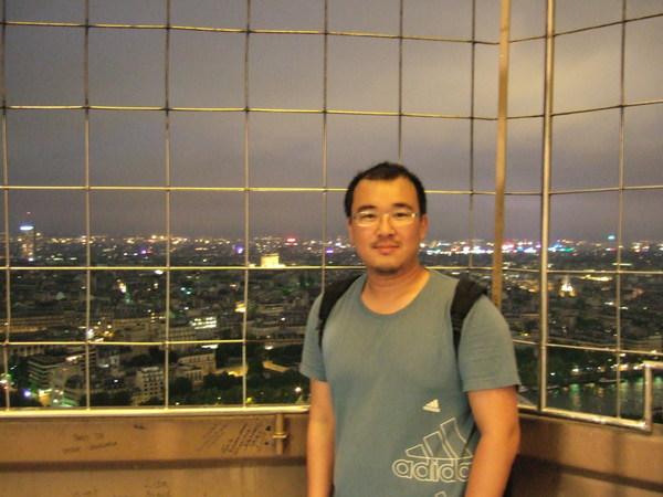 艾菲爾鐵塔上(又是風又是雨~~真冷)