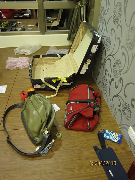 凌亂的行李堆