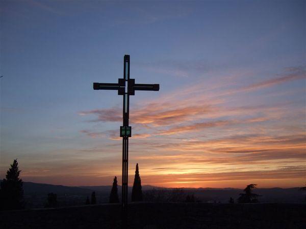 有個相當有型的十字架