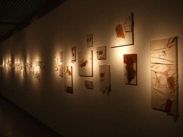 許多藝術品的展示