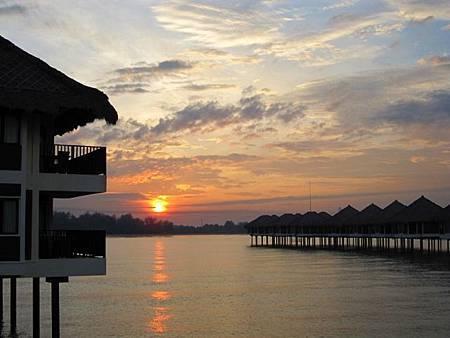IMG_3995喔耶!馬來西亞的日出~怎麼那麼像夕陽!XD (640x480).jpg