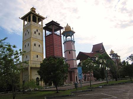 IMG_3761高速公路休息站~馬來西亞有馬來人、印度人以及華人,三個民族三個文化三種宗教,這三座高塔代表三族和平共存!.JPG