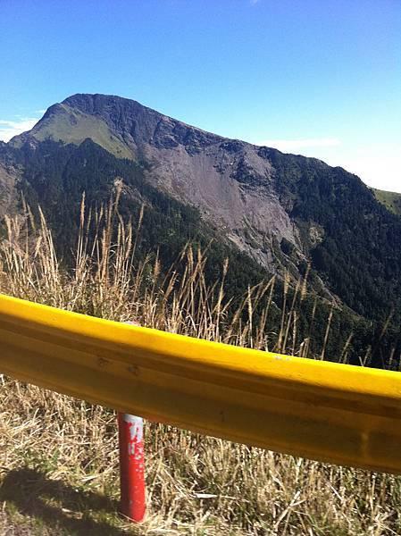 高山路段的護欄是黃色的