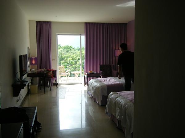 只剩兩小床的房間><