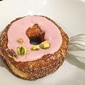 某種 donut + croissant
