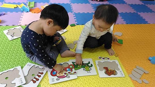 保母阿姨說玩拼圖會頭好壯壯,所以我們每天都會玩拼圖哦!