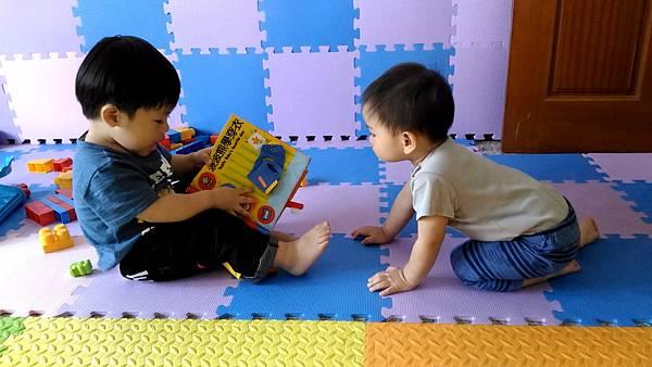弟弟我念故事書給你聽,波~~~波~~~~~~熊