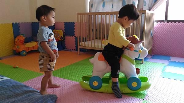 弟弟我來示範怎麼騎馬給你看