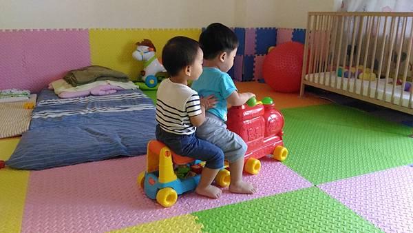 弟弟坐好哦,火車要開了,前進