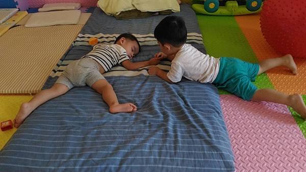 弟弟趕快起床陪我玩