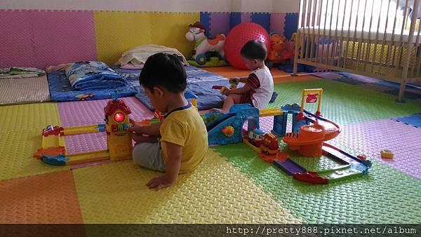 我們連玩玩具都很有默契,斜角度一致,哈~~哈~~~~~~