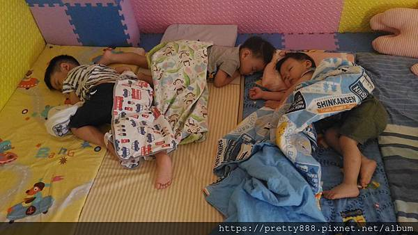 睡午覺~~吹涼涼~~睡到東倒西歪