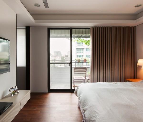 sunny-bedroom-balcony-600x514.jpg