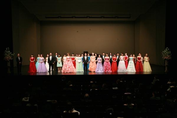史緒和萌在新國立劇場參加比賽