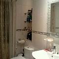 family bathroom-2 .JPG