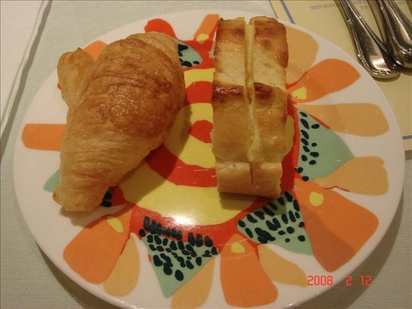 前菜麵包 水果跟牛角
