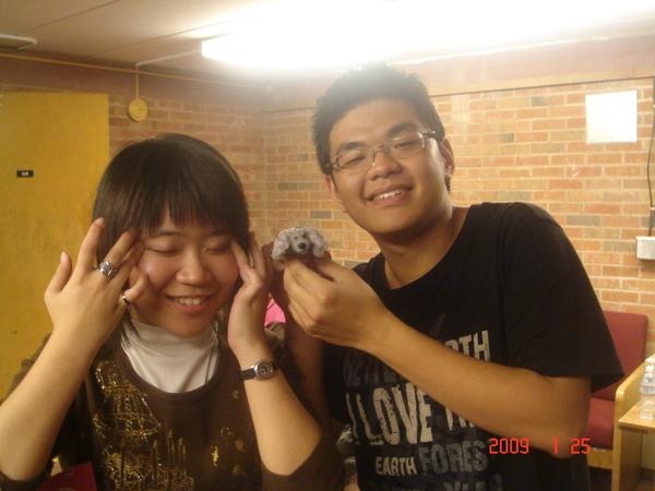 Timmy手上的是Saluki吉祥物